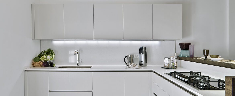 Moderna cucina in laminato bianco e pavimento di legno